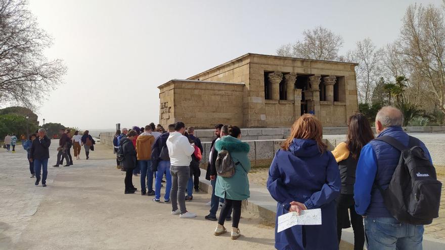 Cola de visitantes en el Templo de Debod. / S.P