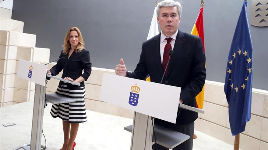 La consejera de Hacienda del Gobierno de Canarias, Rosa Dávila, y el secretario de Estado de Hacienda, José Enrique Fernández de Moya.