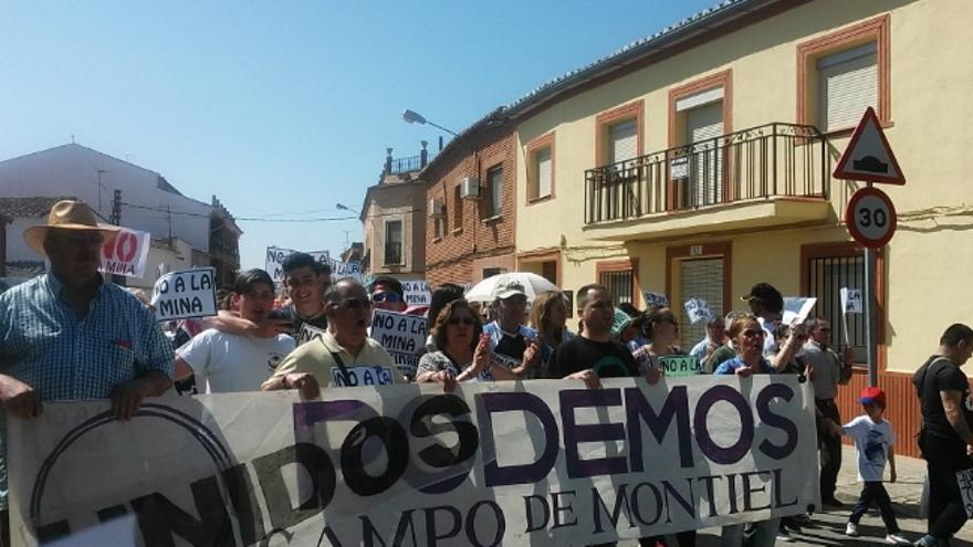 Pancarta y manifestantes de Izquierda Unida y Podemos