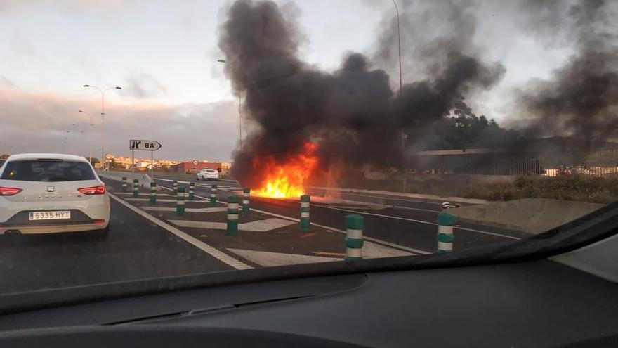El coche incendiado en el carril de acceso a la Vía de Ronda