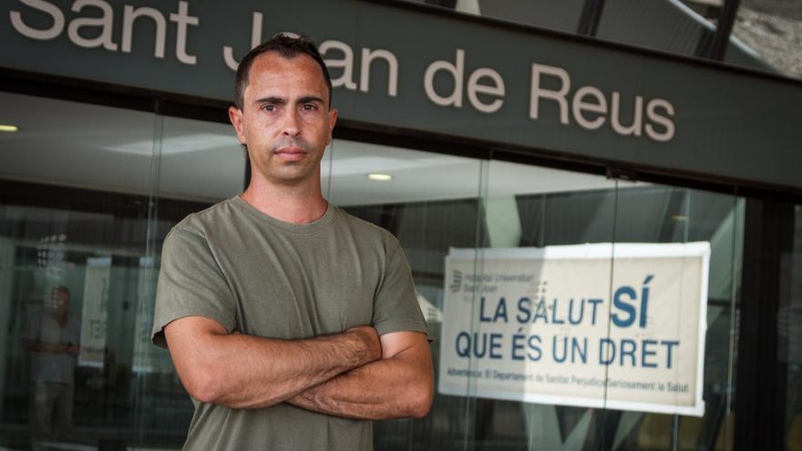 El regidor de la CUP Reus David Vidal, davant una de les entrades de l'Hospital Universitari Sant Joan de Reus. / ENRIC CATALÀ