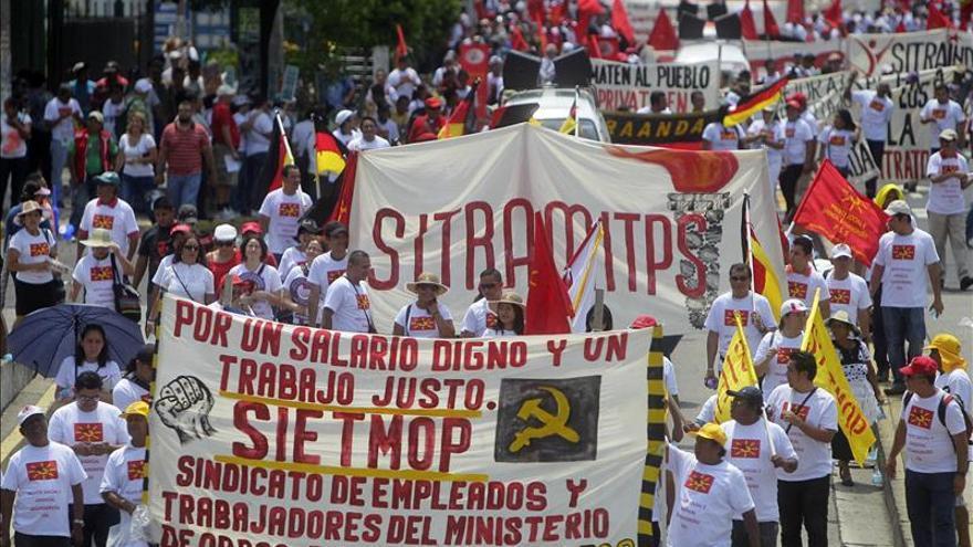 Sindicatos salvadoreños conmemoran el Día Internacional del Trabajo con una marcha