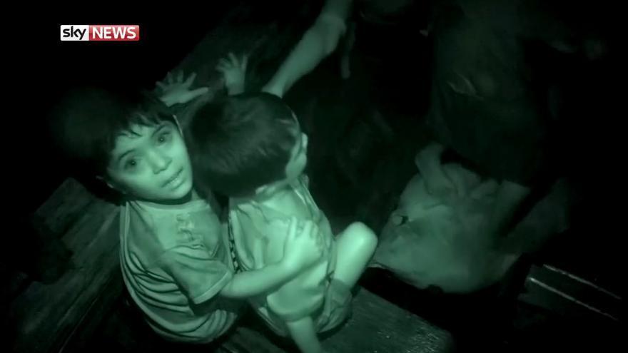 Dos hermanos se agarran el uno al otro durante su huída de la playa en barco // Captura de Pantalla: Sky News