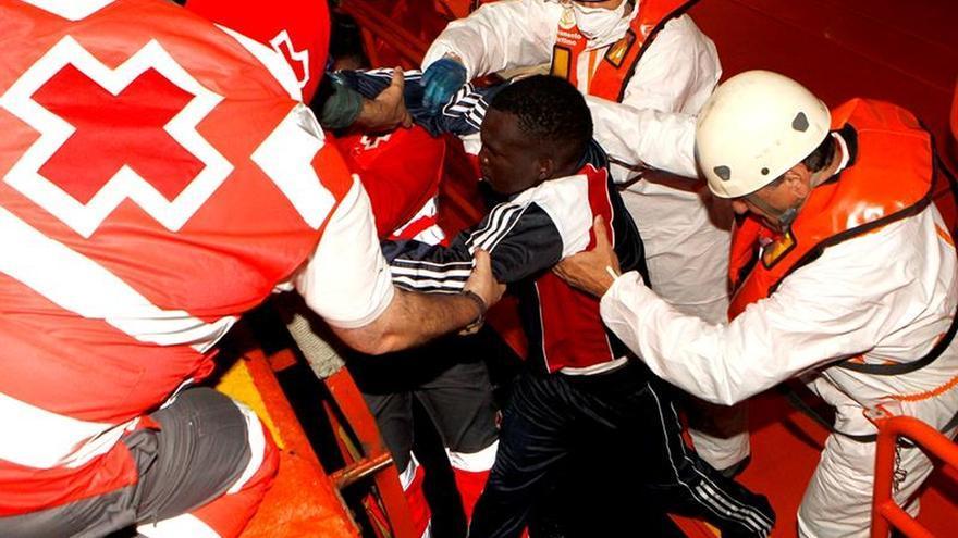 Rescatados diez inmigrantes en una barca hinchable en el Estrecho