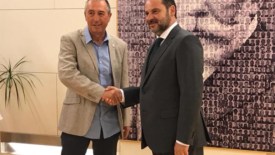 Joan Baldoví y José Luis Ábalos durante su encuentro en el Congreso