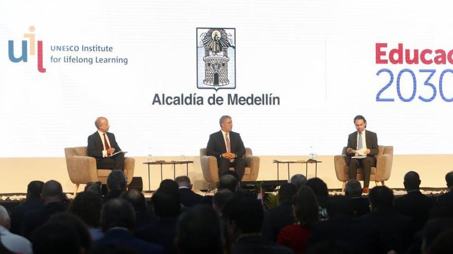 El director del Instituto de la UNESCO para el aprendizaje para toda la vida, David Atchoarena (i); el presidente de Colombia, Iván Duque (c), y el alcalde de Medellín, Federico Gutiérrez (d), asisten este martes a la instalación de la 4a Conferencia Internacional Ciudades del Aprendizaje UNESCO, en Medellín (Colombia).