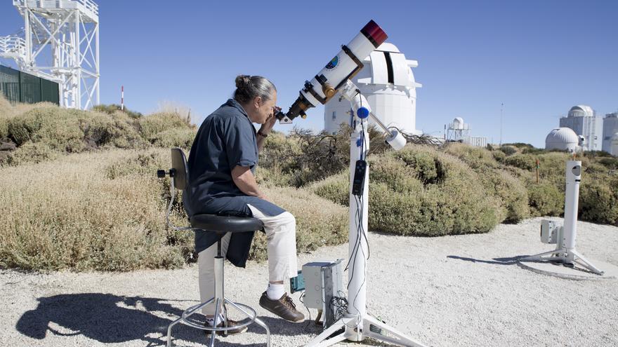 Elsa López en el Observatorio del Teide realizando una observación del Sol con telescopio. Crédito: Elena Mora (IAC).