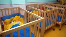 Varios bebés en cunas en una foto de recurso.