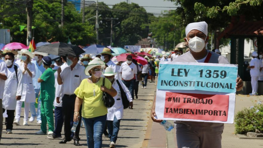Médicos bolivianos marchan en el duodécimo día de su huelga en contra de la ley de Emergencia Sanitaria