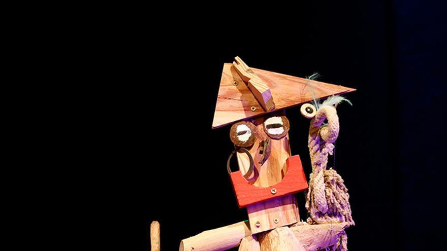 Un actor lleva una marioneta durante una función
