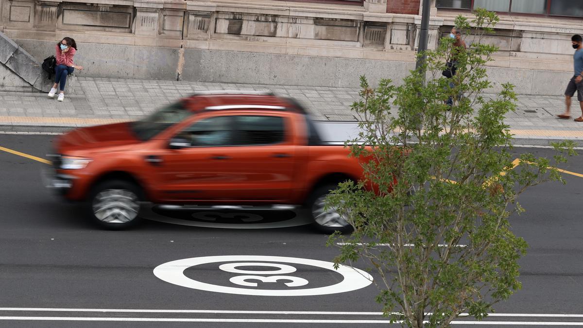 Un coche pasa por una señal de 30km/h en Bilbao.
