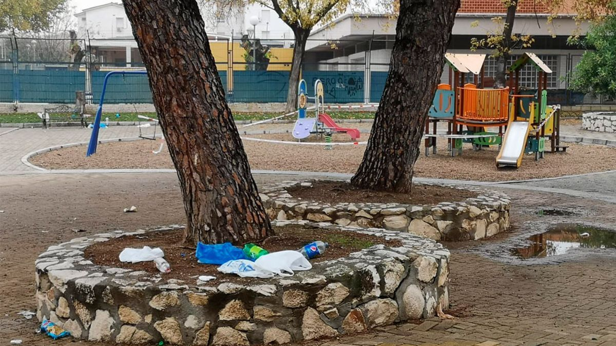 Imagen de archivo de restos de un botellón en un parque de Córdoba.