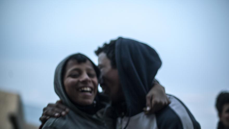 Dos niños marroquíes riendo en el espigón del puerto de Melilla en enero de 2014.