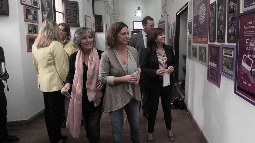 Rafaela Pastor, con pañuelo rosa, y la alcaldesa de Córdoba, entre otras autoridades, en la presentación del XXVI Feminario / Foto: Ayto Córdoba