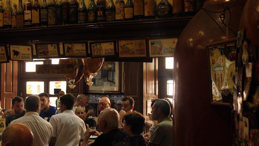 Clientela de la taberna más antigua de Almería. / JUAN MIGUEL BAQUERO