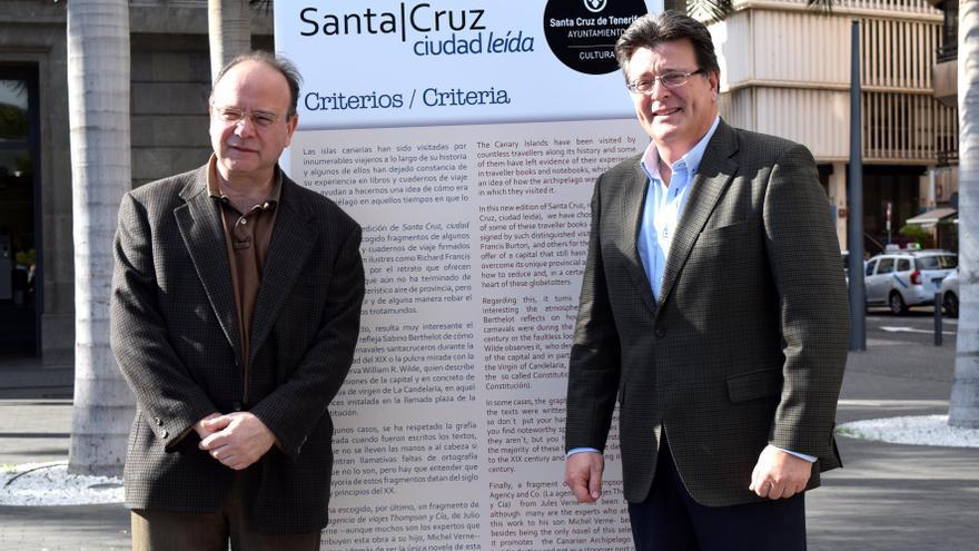El concejal de Cutura, José Carlos Acha (derecha) y el periodista Eduardo García Rojas, junto a uno de los paneles