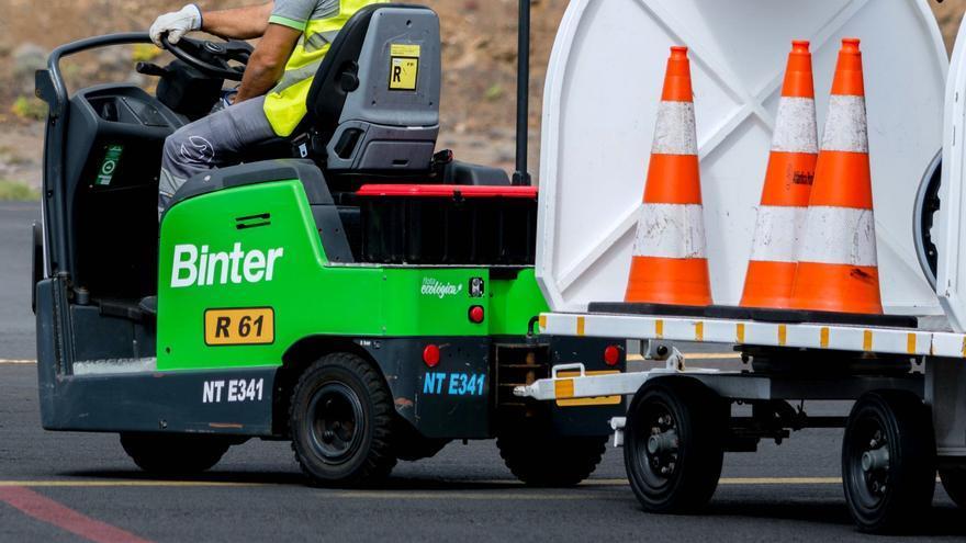 Vehículos de handling de la compañía Binter.