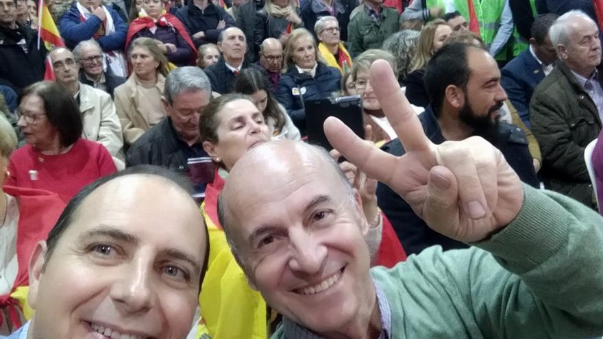 Julio Vao (derecha), junto con el parlamentario andaluz por Granada, Francisco Ocaña, en un acto de la campaña de las elecciones del 2D