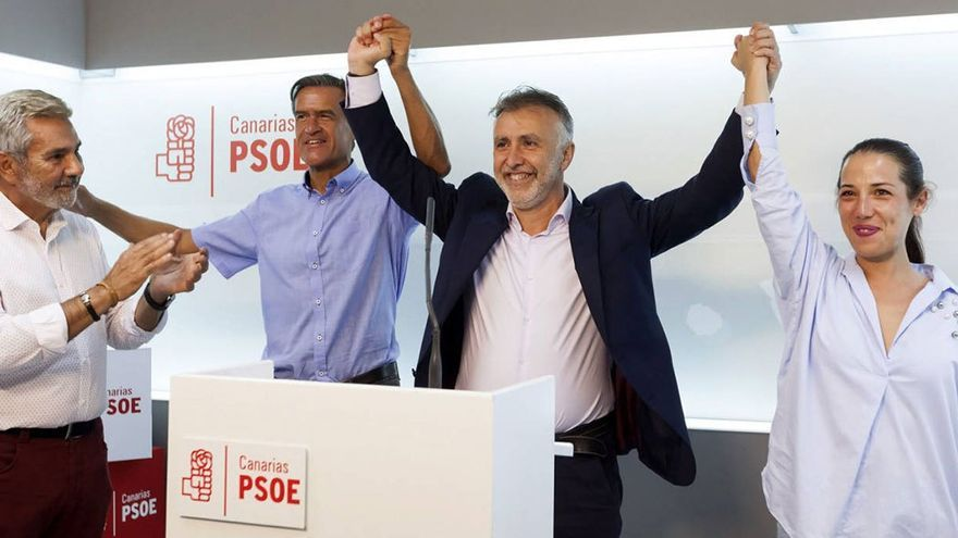 Ángel Víctor Torres flanqueado por Juan Fernando López Aguilar y Patricia Hernández tras su victoria en las primarias. (EFE)