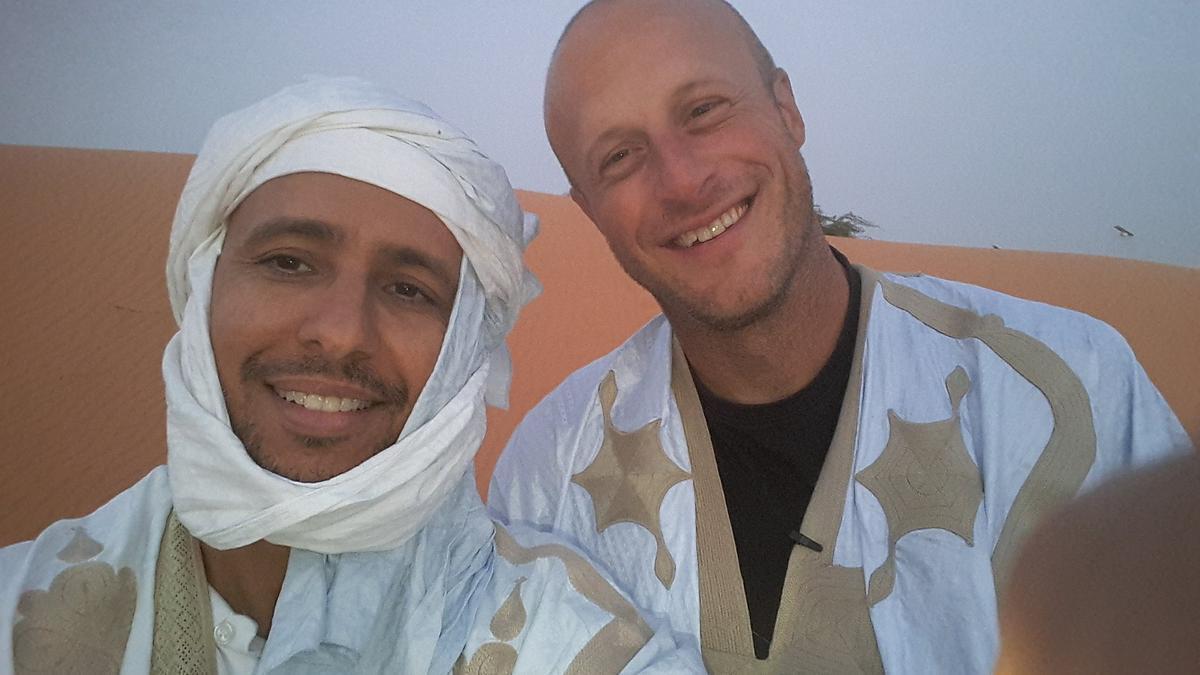 Mohamedou Ould Salahi (izquierda) con su amigo y antiguo guarda en Guantánamo, Steve Wood, durante su visita a Mauritania