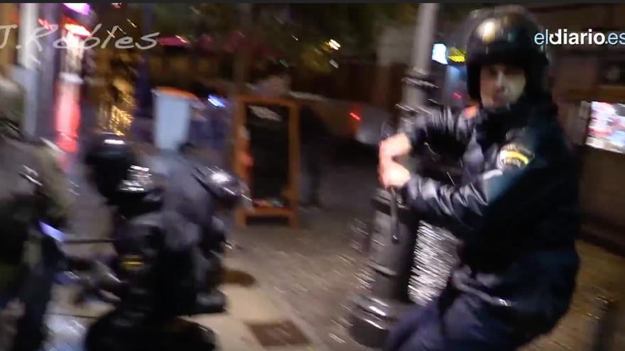 Captura del momento en el que el agente levanta la porra para golpear a Juan Ramón Robles