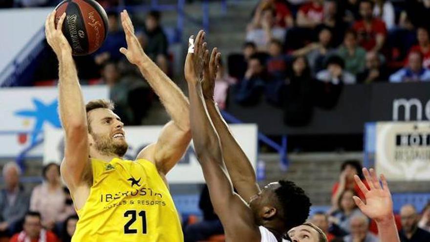 El alero del Iberostar Tenerife Tim Abromaitis lanza a canasta ante los jugadores del Baxi Manresa