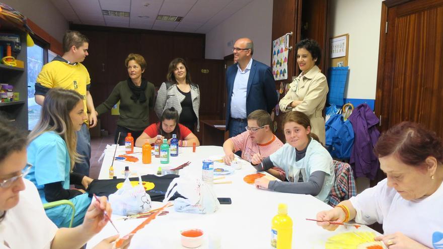 Un momento de la visita al Centro Rehabilitador de Niños Especiales de La Palma (NEP).