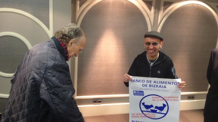 El alcalde Iñaki Azkuna y el rockero Fito Cabrales, en la presentación de la campaña del Banco de Alimentos. /EDN