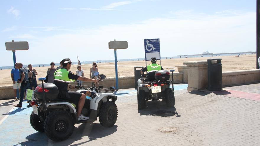 Varios agentes en la playa de la Malva-rosa