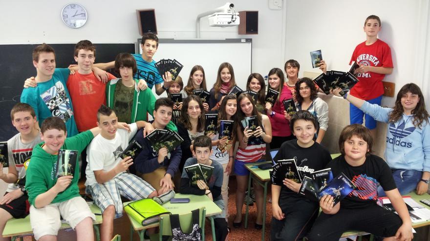 Los alumnos del Instituto Ekialde con un ejemplar del libro en sus manos.