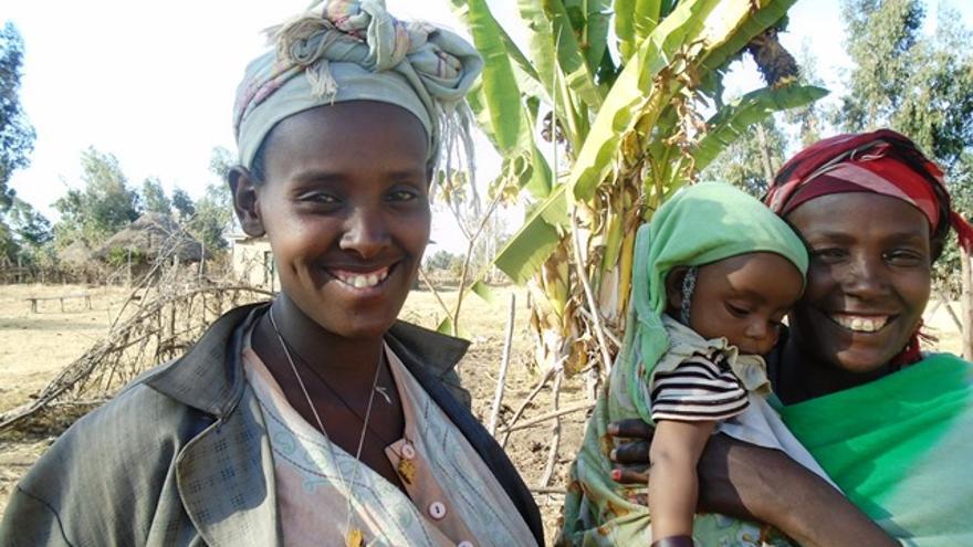 Beshadu, una de las mujeres que ha conseguido escapar a la práctica de la ablación en Etiopía, posa sonriente con su hijo ©ActionAid