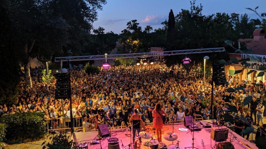 Un festival de cinco horas de música y poesía organizado por dos asociaciones vecinales responde a la cancelación del concierto de los Pastor.