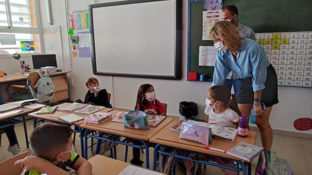 Inmaculada Troncoso, este jueves en uno de los colegios en los que se desarrollarán las obras