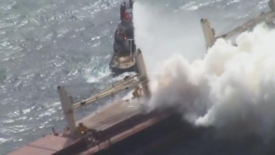Trabajos de extinción de la combustión en el 'MV Cheshire' el pasado 20 de agosto