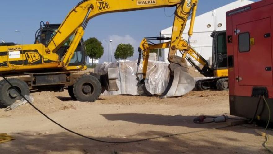 Maquinaria que trabaja en la retirada de amianto en la parcela de Laguna de Arcas