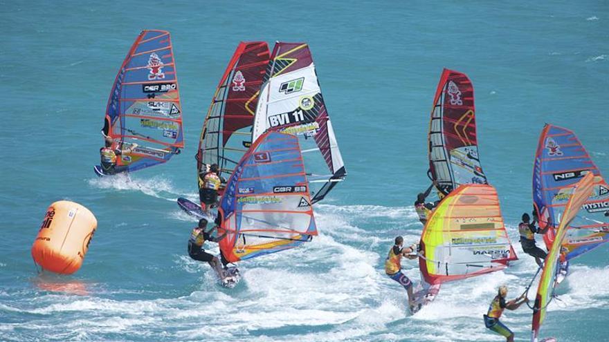 Una de las mangas de la prueba de slalom del Campeonato Mundial de Windsurfing de Fuerteventura. EFE/CARLOS DE SAÁ