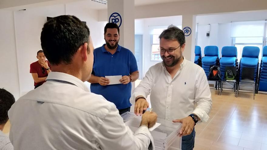 Asier Antona, este jueves, votando en la sede del PP.