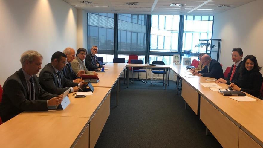 Reunión celebrada en Bruselas por la delegación canaria y de la APEB con miembros de la Dirección General de Comercio de la Comisión