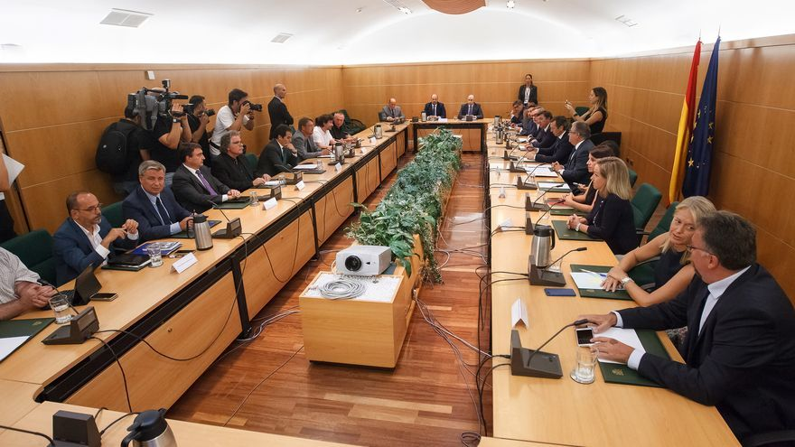 """Reunión del pacto antiyihadista, con los firmantes a la derecha de la imagen y los """"observadores"""" a la izquierda."""