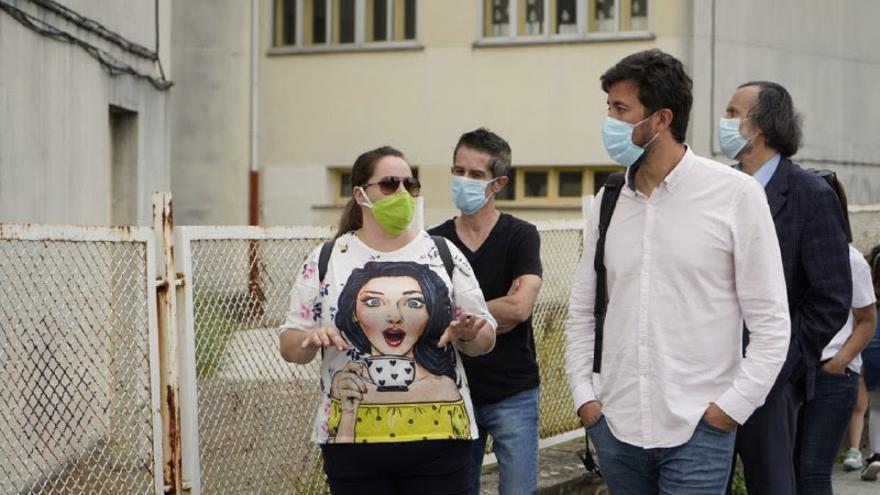 El candidato de Galicia en Común visitó un centro escolar de Sarria (Lugo) en el inicio de la campaña.