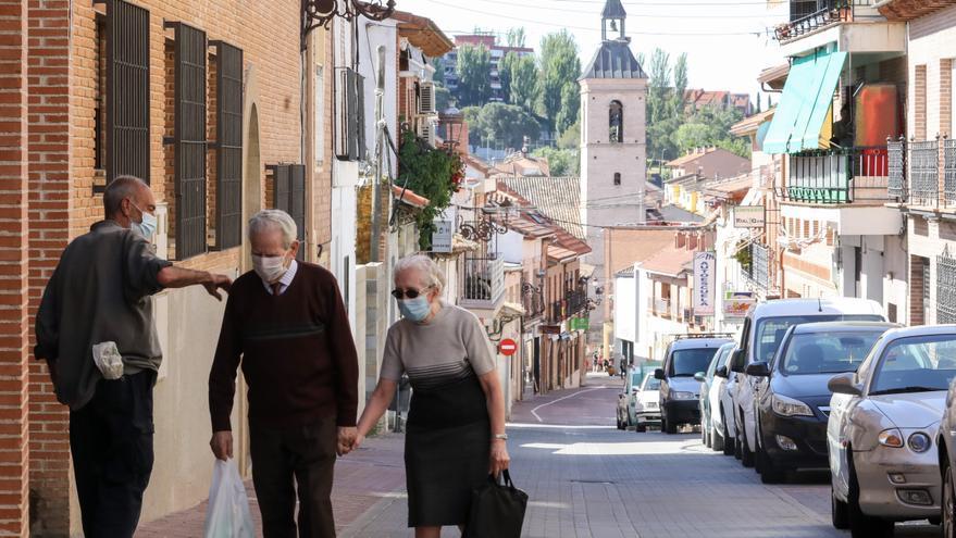 Una pareja anda por la calle de un pueblo, en una imagen de archivo.