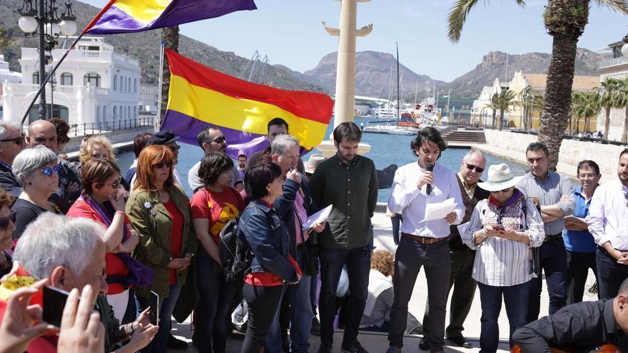 Los integrantes de Unidas Podemos han participado en  el acto de homenaje por el aniversario de la II República Española