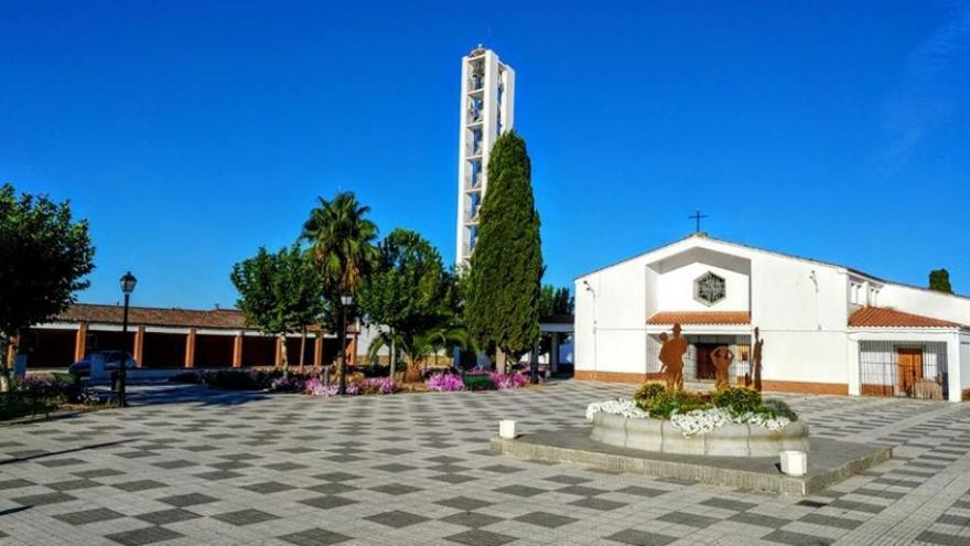 Una de las plazas de la localidad, en la que se aprecia la arquitectura de los pueblos de colonización