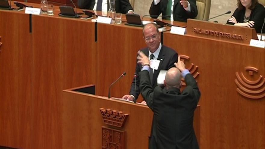 Un exdiputado de IU, expulsado del Parlamento extremeño por tirar billetes falsos a Monago al grito de 'bla, bla, bla'