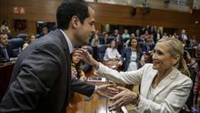 El portavoz de Ciudadanos en Madrid, Ignacio Aguado, saluda a Cristina Cifuentes.