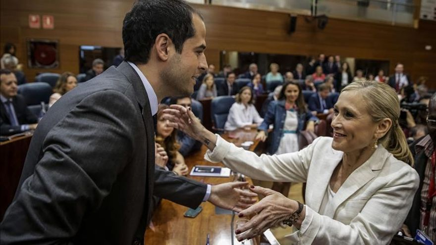 Ignacio Aguado, portavoz de Ciudadanos, con Cifuentes en la Asamblea de Madrid.