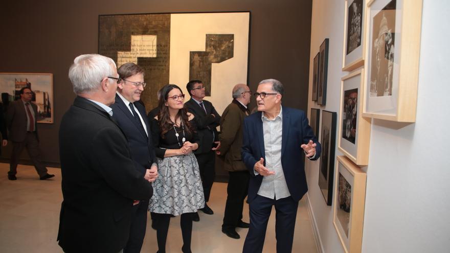 El director del IVAM, José Miguel García Cortés, guía a los responsables políticos en la exposición