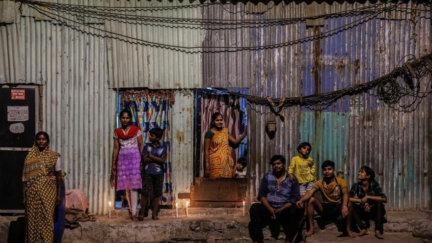 Vecinos en Bombay (India) encienden velas y luces como mensaje de unidad frente al coronavirus