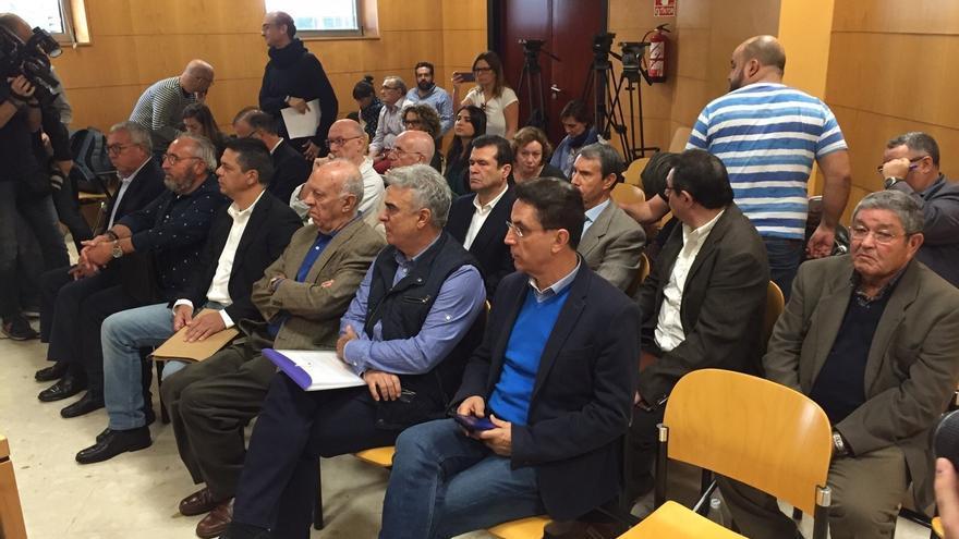 El que fuera alcalde de Arona por CC José Alberto González Reverón (primero por la derecha), junto a Félix Sierra, en la Audiencia tinerfeña