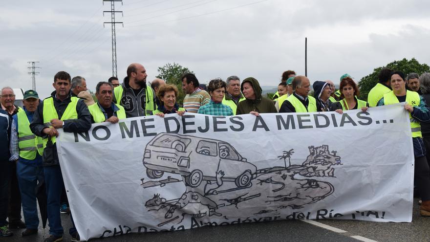 Protesta liderada por vecinos de Almodóvar para pedir la construcción del último tramo de la CH-2.